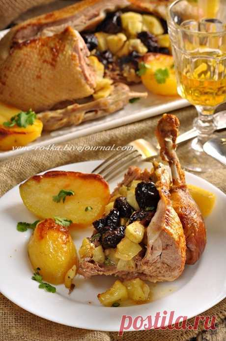Запеченная утка с яблоками, черносливом и картофелем