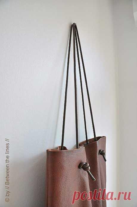 Простая кожанная сумка.
