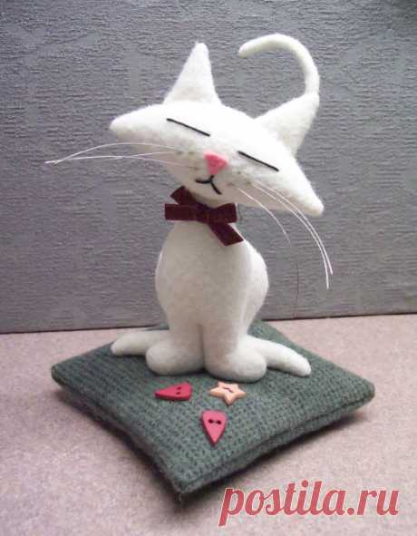 Kitty on a pillow the Pattern of an unusual needle case in the form of a cat on a pillow.