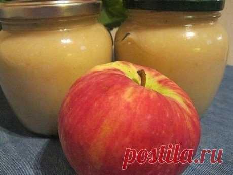 """Яблочное пюре """"Неженка"""". ВКУС ДЕ 5 кг яблок (это в неочищенном виде)  1 ст 1/2 стакана сахарного песка  1 банка сгущенного молока  Яблоки моем, очищаем от шкурки и режем на кусочки. В кастрюлю, желательно с толстым дном, наливаем воду, засыпаем яблоки и закрываем крышкой. Периодически помешиваем чтобы не пригорело. Делаем на маленьком огне. Варим до мягкости яблок. Затем я прямо в кастрюле все это пробила блендером до однородной массы. Добавить сахар, помешивая растворить, затем"""