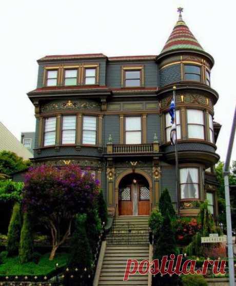 Дом Джона Дейли расположен на улице Герреро, 900 в историческом округе Либерти Хилл Сан-Франциско, Калифорния.