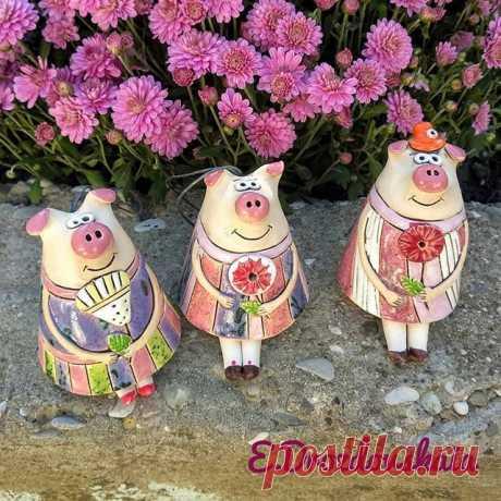 """""""Готовь сани летом..."""" Свинки-колокольчики!)) 🕊️ Доставка по России ✉️Для связи пишите в директ, WhatsApp, Viber +7(918)2512494 🏡Прийти, посмотреть или провести мк можно в г. Туапсе, предварительно позвонив по телефону. #ceramics #ceramicsart #art #pigs #newyear #lizadrozdovskaia #gifts #handmade #clay #pottery #керамика #керамикаручнойработы #колокольчики #свинка #свинья #колокольчиксвинка #новыйгод #годсвиньи #туапсе #tuapse #bells"""