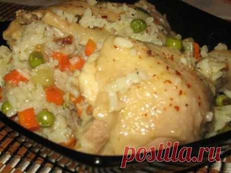 КУРИЦА, ТУШЁНАЯ С РИСОМ И ОВОЩАМИ В МУЛЬТИВАРКЕ.  Ингредиенты: курица или куриные окорочка рис (у меня был рис круглозёрный) овощи замороженные приправы по вкусу соль  Приготовление: Курицу порубить на порционные куски, чем меньше куски, тем нежнее они потом будут. Приготовленную курицу уложить в мультиварку, посыпать приправами и солью. Потом укрыть овощами. Овощи тоже присыпать приправой. Потом выкладываем промытый рис. Посыпаем приправой, потом всё заливаем кипятком, чт...
