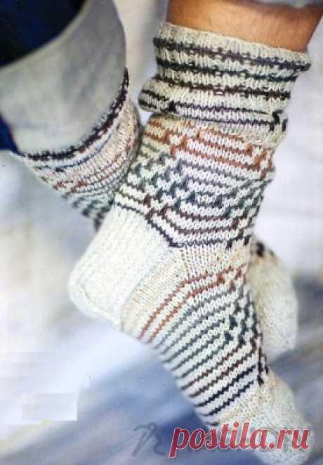 Вяжем спицами МУЖСКИЕ НОСКИ по схеме с описанием Вяжем спицами МУЖСКИЕ НОСКИ по схеме с описаниемСамое простое, что рукодельница способна сделать для своих мужчин, связать им носки.Вяжем мужские носки спицамиДля этого нам потребуется:пять тонких спиц № 2;пряжа полушерсть любого цвета, который понравится. Достаточно будет двух мотков до 250 м