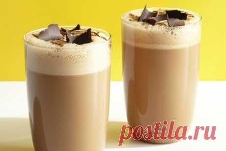 Вкусный воздушный коктейль из кофе и молока.