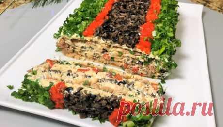 Закусочный рыбный торт «Красотка»: для праздничного стола Рыбный, праздничный, нарядный, закусочный торт «Красотка» украсит ваш новогодний стол! А еще он очень вкусный и сытный! Любителям рыбных блюд обязательно понравится! Крекеры пропитываются и становятся нежными-нежными: просто тают во рту. Сочетание консервы, семги и сырной намазки – бесподобное.