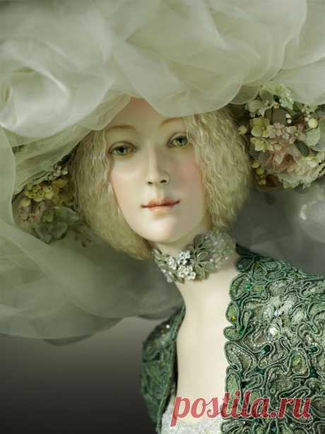 Авторские коллекционные фарфоровые куклы Александры Кукиновой. Куклы созданы вручную с непревзойденным мастерством.Костюмы изготавливаются из натуральных шелковых, именных тканей, винтажных фактур и кружева.