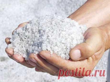 """ЛЕЧИТ НАСМОРК И БРОНХИТ, ЛАРИНГИТ И ТОНЗИЛЛИТ  Перемешайте соль с горчицей, перцем, или имбирем: на 1 кг соли — 2-3 ст. ложки. Высыпьте все на сковородку и прогрейте, помешивая. Соль должна быть не раскаленной, а только горячей — около 60°С. Затем наденьте тонкие хлопчатобумажные носки. Пересыпьте соль в тазик и """"заройте"""" в нее ноги. Сидеть так, пока соль не остынет на ногах. Повторять процедуру 4-5 раз в сутки. Показать полностью…"""