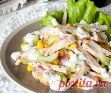 La ensalada de la gallina con el pepino y el maíz