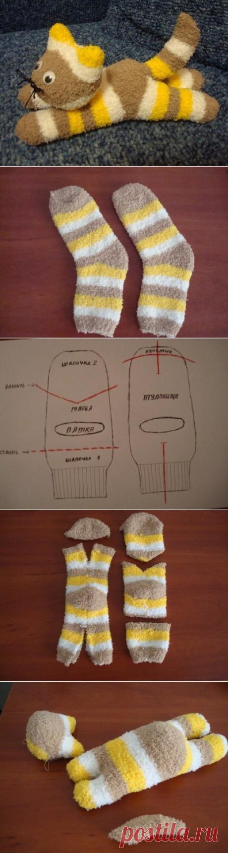 Из обычных носков можно сделать такого симпатичного котенка.