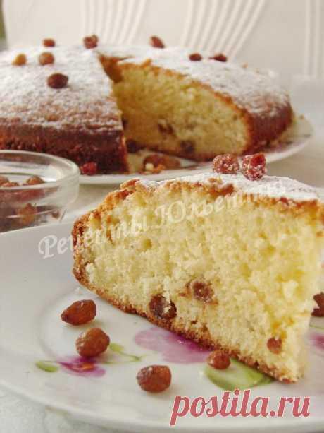 Сладкий пирог с плавленым сырком и изюмом.