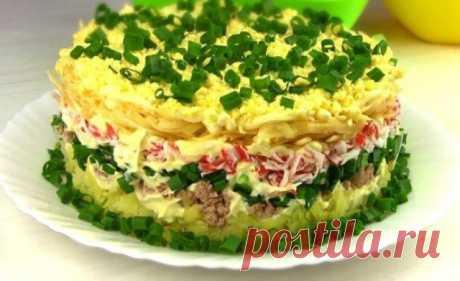 Праздничный салат «Аристократ» из простых продуктов. Очень нежный, вкусный слоеный салат, по вкусу напоминает салат «Мимоза». Но он вкуснее. Салат с тунцом и крабовыми палочками. Ингредиенты: картофель — три клубня яблоко зеленое — одно...