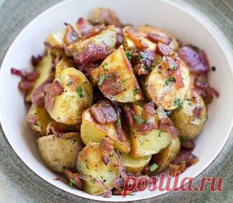 Топ-5 оригинальных блюд из картофеля  Картофель, фаршированный мясом, фасолью и зеленью  Ингредиенты:  Крупный картофель -1 кг Мясо - 300 г Красная фасоль -1 банка Яйцо куриное - 1 шт. Мясной бульон - 500 мл Томатная паста/томатный соус - 4 ст. л. Укроп/другая зелень - по вкусу Соль и перец - по вкусу Красный перец - 1 шт. Салатная смесь - 1 упаковка Оливковое масло - 2 ст. л. Сок лимона - 1 ст.л.  Приготовление:  1. Крупный картофель тщательно промываем и отвариваем до по...