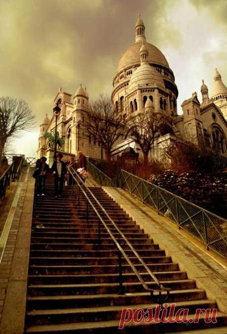 Монмартр Монмартр - самый колоритный район Парижа со своей энергетикой, атмосферой и неповторимой привлекательностью.Советуем почитать - Нотр-Дам-де-Пари - Собор Парижской Богоматери