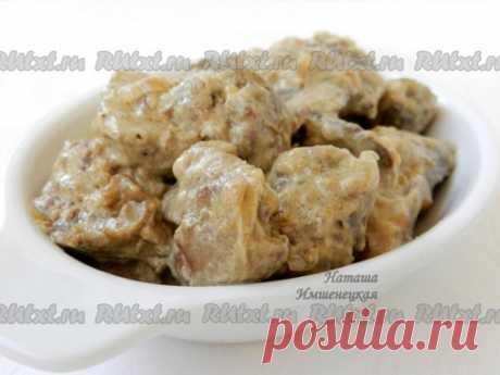 Куриная печень в сливках от Натальи Имшенецкой  Куриная печень в сливках - простое домашнее блюдо. Куриная печень получается ароматной, нежной, с приятным сливочным вкусом. Подавать её можно с любым гарниром на ваш вкус. Для приготовления понадобится: 400 г куриной печени; 180 мл сливок; 2 луковицы; 1 ст. л. муки; растительное масло для обжаривания; соль, щепотка мускатного ореха, итальянские травы.  Куриную печень промыть, удалить прожилки и обсушить бумажным полотенцем. ...
