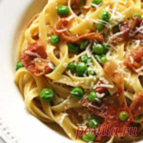 Спагетти с тунцом, свежим горошком и помидорами - Мир кулинарии - медиаплатформа МирТесен Очень простой рецепт Ингредиенты180 г спагеттибаночка тунца в собственном сокудве горсти свежего горошка3 небольших помидораоливковое маслоперчик чилизубчик чеснока Способ приготовления:В кипящей подсоленной воде сварить спагетти.Пока они варятся, готовим соус: нагреть сковороду, на оливковом масле