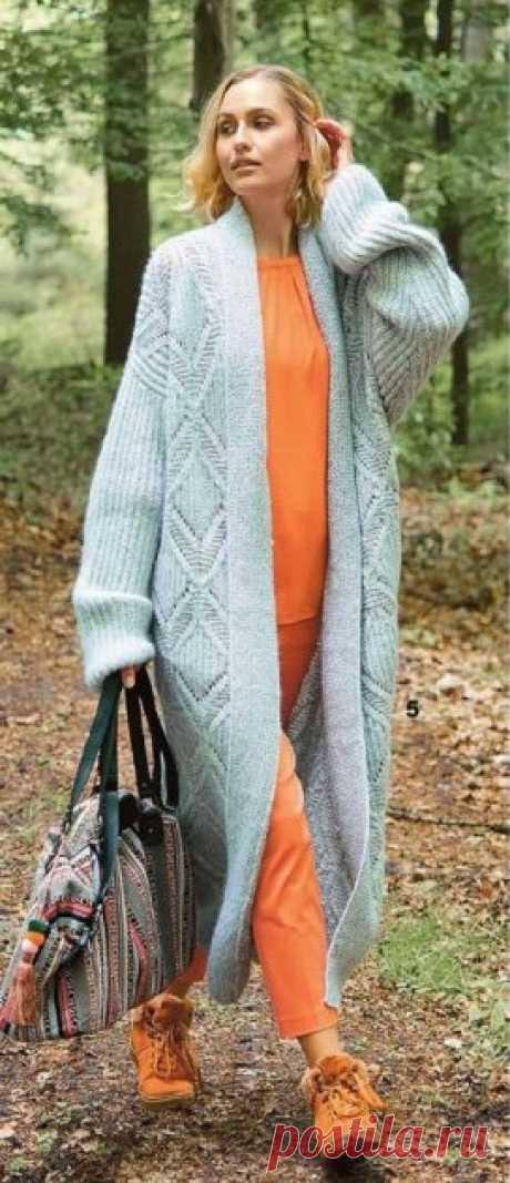 Длинное серебристое пальто спицами - WEKNIT Серебристо-серое пальто длинной почти до щиколотки хорошо смотрится не только в комбинации с оранжевым. Оно будет сопровождать вас не один сезон и радовать выразительным узором из крупных ромбов.
