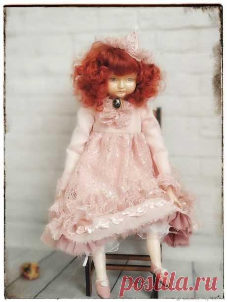 Пьеретта кукла интерьерная в винтажном стиле. Выполнена в технике Тедди Долл. Лицо кисти рук и ступни ног сделаны из пластика ладолл. Полностью ручная работа. Одежда выполнена из батиста, кружева и гипюра. Лицо расписано акварелью. Волосы ангорская козочка. Кукла выполнена в одном экземпляре. Послужит прекрасным подарком и дополнением к интернету.