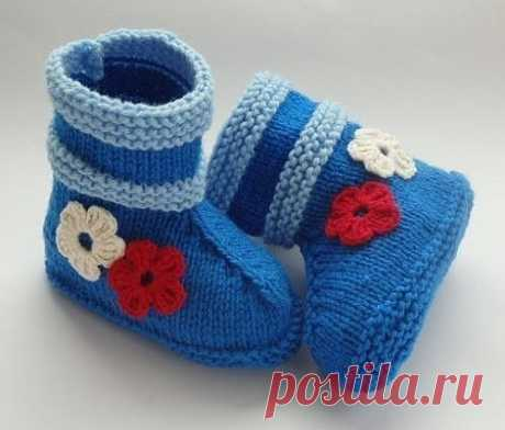 Голубые сапожки с цветочками спицами