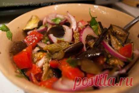 Салат из запеченных баклажанов - один из моих любимых и самых вкусных диетических салатов.Калорийность его предельно мала. Это блюдо точно стоит попробовать