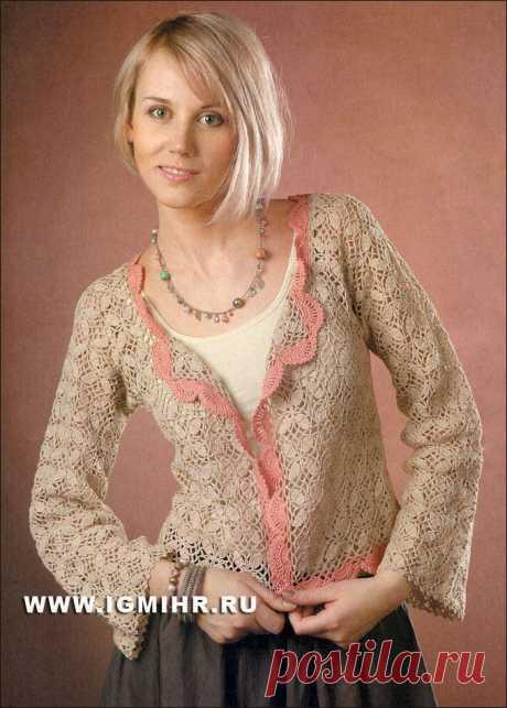 Жакет бежевого цвета из мотивов, украшенный розовой каймой. Крючок