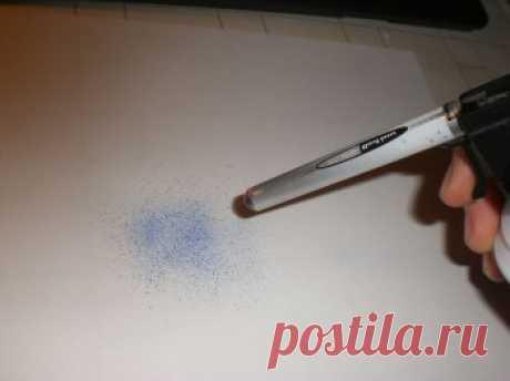 El mini-aerosol con el tinte por las manos — las manos