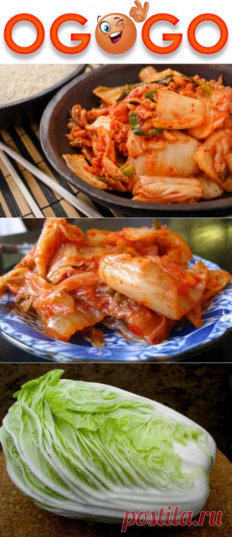 Кимчи из пекинской капусты — мировая закуска, гости буквально сметают ее со стола! Кимчи из пекинской капусты  ИНГРЕДИЕНТЫ:      1 вилок (весом до 1,5 кг) пекинской капусты     1 ст. л. молотого перца чили (можно меньше)     4–5 зубчика чеснока     ломтик (2 см) свежего корня имбиря     1 ч. л. молотого кориандра     1 ст. л. растительного масла     1 ч. л. сахара     4–5 ст. л. соли     1,5–2 л воды     семена кунжута для посыпки