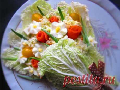 """""""Букет для любимой мамы"""": супер салат на 8 марта! Очень нежный и вкусный салат, чем-то похож на Цезарь, но оформление очень яркое и праздничное. Посмотрите, как все красиво выглядит, что даже кушать жалко! Если вы думаете, что сложно выполнить цветочки, то попробуйте и увидите, что справиться сможет каждый!"""