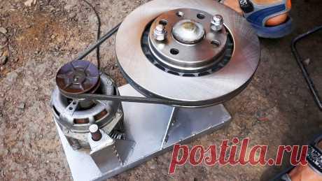 Как из двигателя стиралки собрать станок для шлифовки тормозных дисков в домашних условиях На машинах с пробегом часто можно ощущать биение или вибрацию при нажатии на педаль тормоза. Причина этого кроется в корке ржавчины на тормозных дисках. Ее наличие делает торможение менее эффективным, к тому же сопровождается характерным скрежетом. Эта проблема решается шлифовкой дисков, что очень