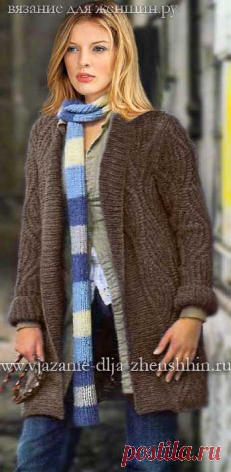 Fashionable warm coat in a decorative pattern. Spokes. \/ www.vjazanie-dlja-zhenshhin.ru