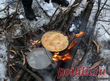 Еда в походе и на природе всегда вкуснее! (22 фото) А ведь правду говорят, что еда, приготовленная в походе или на природе, гораздо вкуснее! Вы согласны? Конечно же, на природе аппетит приходит гораздо быстрее, да и приготовленная на костре с дымком ед…