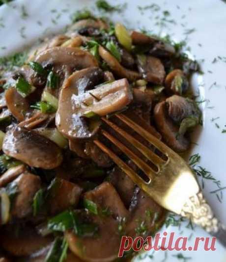 Los champiñones en francés la cocina Francesa esto, ante todo, el vino y el aceite - natural de crema hacen cualquier plato perfumado, tierno y es inolvidable sabroso.