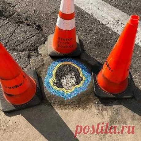 Мужчина привлекал внимание к ямам на дороге и создал шедевры