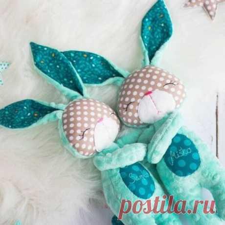 8 выкроек зайцев для сна и игр | Рукодельные заметки Игрушка в виде зайца одна из любимых образных кукол у детей. Мы собрали для вас 8 выкроек зайцев с которыми так сладко спать в обнимку. Это идеальный друг..