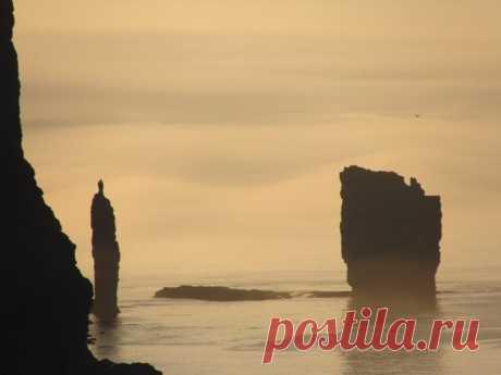 """10 самых впечатляющих морских скал. Скалы Risin og Kellingin на Фарерских островах. Названия переводятся как """"Гигант"""" и """"Колдунья"""". Гигант высотой 71 метр всего на 2 метра выше Колдуньи"""