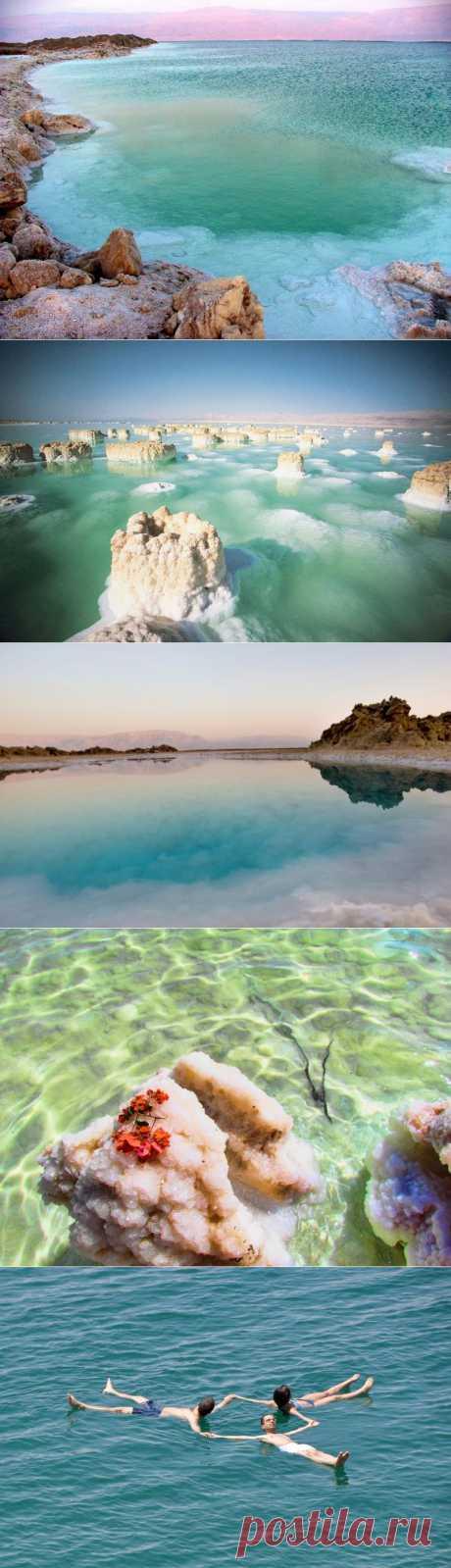 МЕРТВОЕ МОРЕ - самое глубокое из соленых озер в мире, простирающееся вдоль границы между Иорданией, Израилем и Палестинской автономией. Именно за высокую соленость воды озеро получило звание моря. Вода здесь солонее, чем в океане примерно в 8,6 раз. Поверхность уникального озера находится на 425 м ниже уровня моря, что делает его самой низкой точкой на планете.