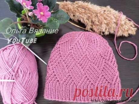 Эффектная шапка спицами с узором Ромбы