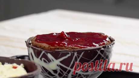 Вырезаем круги из шоколадного теста и готовим крем. Этот тортик бесподобен!