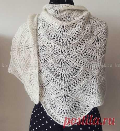 Очаровательная шаль с ажурным узором, связанная на спицах 4 мм из смесовой пряжи белого цвета