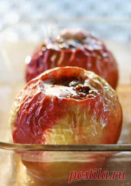 👌 Потрясающие запечённые яблоки с корицей и орехом, рецепты с фото Запечённые яблоки — полезный десерт, который можно приготовить для детей. Этот рецепт запечённых яблок сочетает в себе простоту и в то же время изысканность — яблочки действительно...
