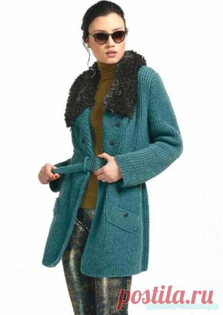 El abrigo femenino por los rayos.