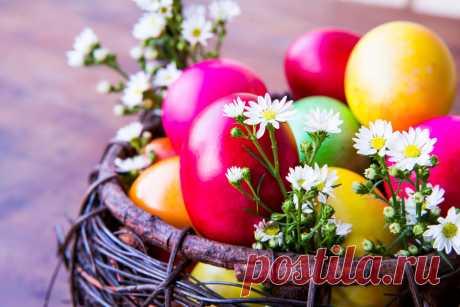 Натуральные красители для пасхальных яиц Несколько рекомендаций, как окрасить яйца, используя кофе и вишневый сок, шпинат и листья березы, свеклу и луковую шелуху, шафран и куркуму.