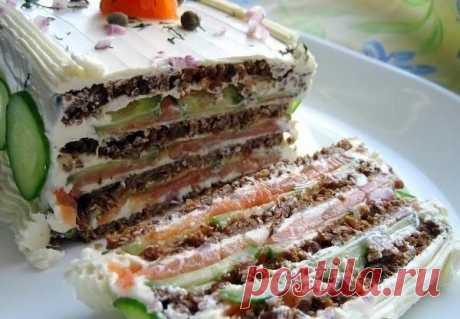 Бутербродный торт с копченым лососем и мягким сыром.