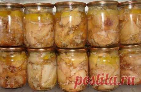 Вкуснейшая домашняя тушенка из курицы Ингредиенты: -Курица- 2000 граммов -Перец черный горошек- 20 штук -Соль- 20 граммов -Лавровый лист- 4 штуки  Приготовление С мяса курицы снимаем кожу, нарезаем мелкими кусочками, отделаем мяско от костей, укладываем в кастрюльку, солим, перчим, используем любые приправы, которые вам нравятся.