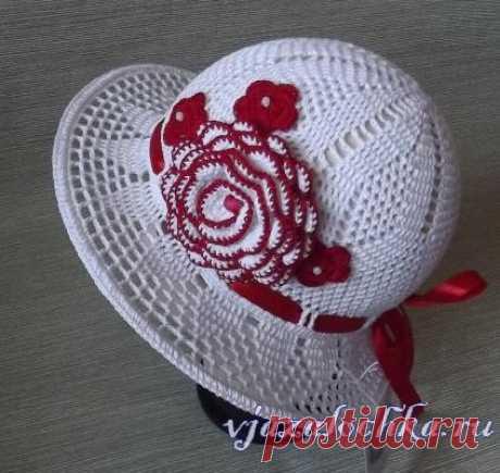 El sombrero por el gancho para una pequeña dama