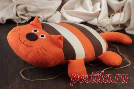 Очаровательные подушки коты своими руками. Выкройки и примеры Различные декоративные подушки могут внести теплоту и уют в любой интерьер. Они могут быть разные по размеру и форме, предназначены для того, чтоб на них спать или обнимать, а могут быть использованы исключительно с декоративными целями. Одним из оригинальных вариантов может стать подушка в виде кота. Они также могут быть самые разнообразные, от простых изделий […]