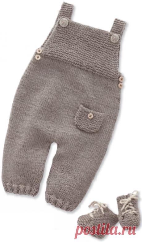 Детский комбинезон на лямках спицами Детский комплект: комбинезон, пинетки, свитер с овечками, вязаный спицами.