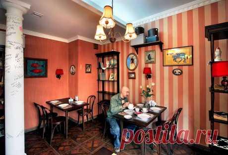 """Интерьер ресторана """"Покровские Ворота"""" апеллирует к эклектичной атмосфере московских коммуналок."""
