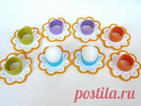Декоративные подставки для пасхальных яиц крючком Для украшения пасхального стола предлагаю связать декоративные подставки для яиц. Подставки универсальные — подойдут для яиц любого размера. Для этого нам понадобятся: - пряжа Jeans (55% хлопок 45% полиакрил), 50 гр./160 м; - крючок № 2,25. Вы можете использовать любые цвета на ваш вкус. Основание — белый цвет.1 ряд — в кольцо амигуруми связать 14 ссн;2 ряд — прибавка ссн…