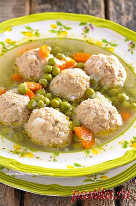 Суп с фрикадельками из индейки и c зеленым горошком